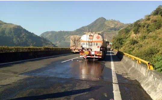 云南高速发生一起交通事故 致20吨柴油泄露