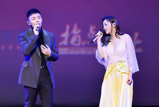 张靓颖与李荣浩唱《女儿国》主题曲 配合默契